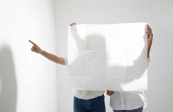 Foto van twee mensen met een uitgevouwen plattegrond