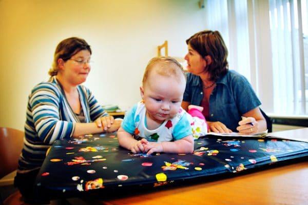 Foto van een moeder en baby op het consultatiebureau