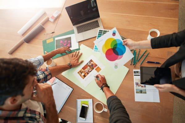 Foto van designers die een ontwerp maken.