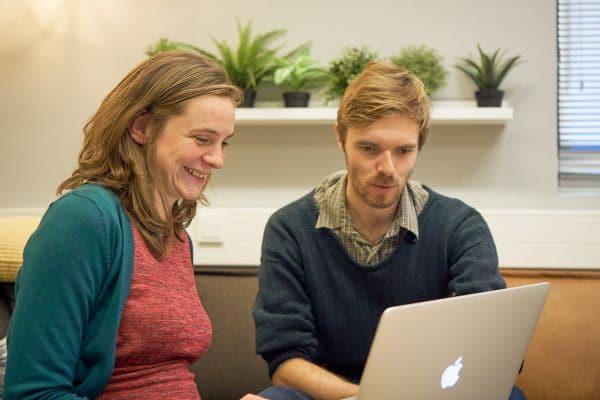 Foto van contentmedewerkers van Elkander aan het werk