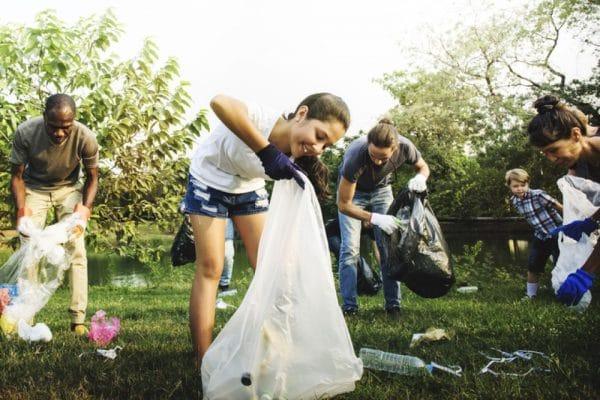 Foto van mensen in een park die afval rapen