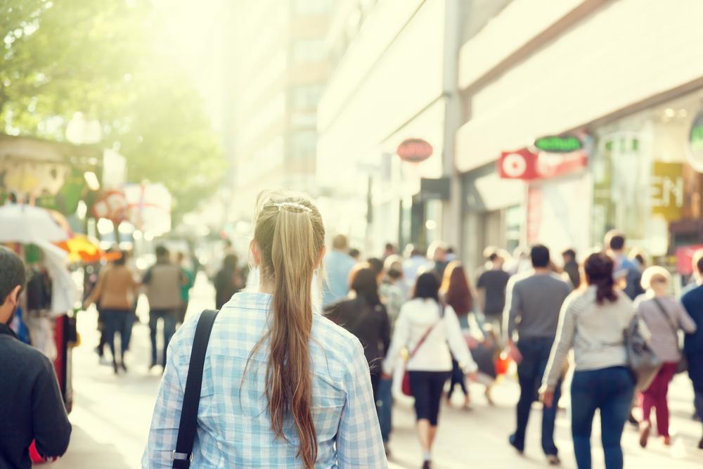 Foto van een vrouw of meisje in een winkelstraat.