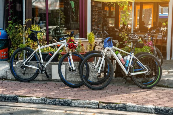 Foto van mountainbikes die zijn gestald bij een terras