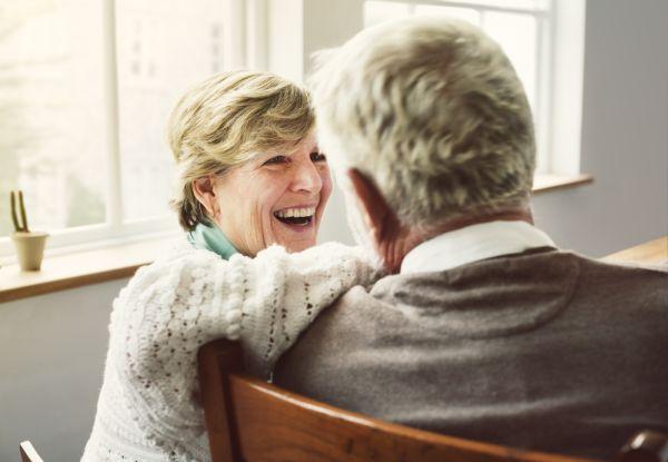 Foto van twee mensen die met elkaar in gesprek zijn