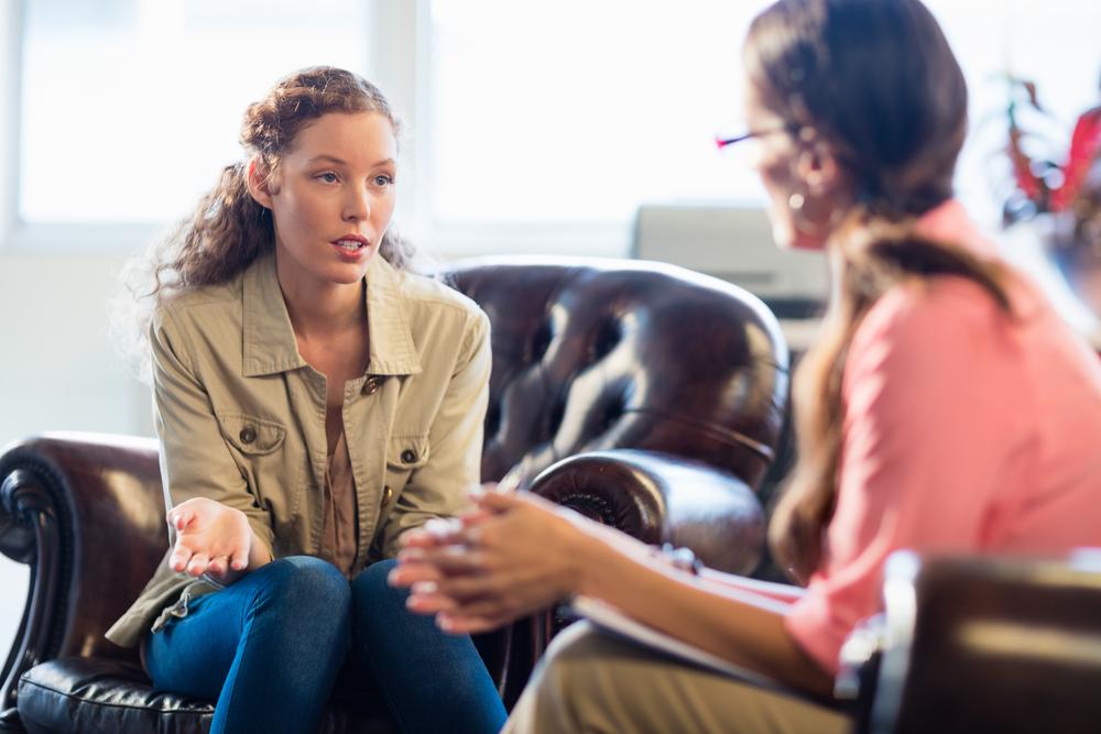 Foto van twee vrouwen die met elkaar overleggen