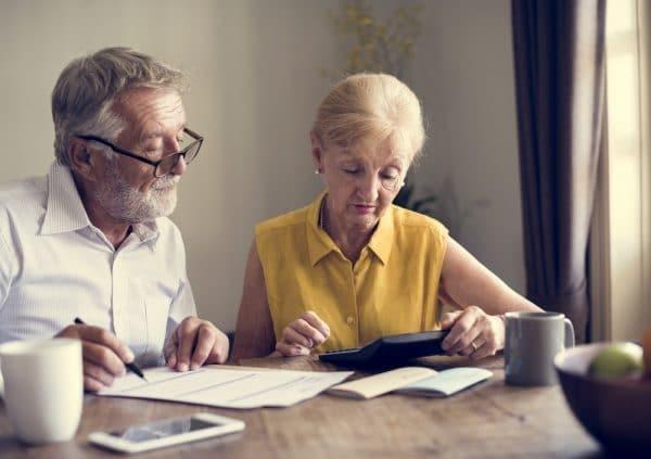 Foto van een ouder stel dat iets opzoekt op de tablet.