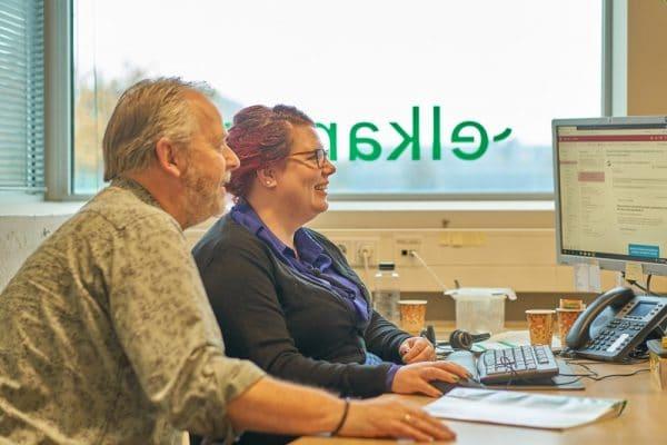 Foto van twee medewerkers van Elkander aan een bureau