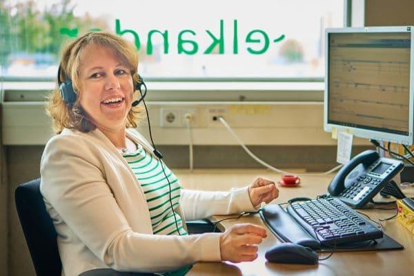 Foto van een Elkander-medewerker achter het bureau