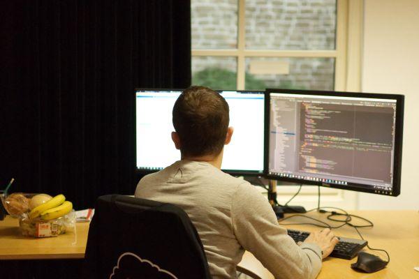 Foto van een ontwikkelaar aan het werk