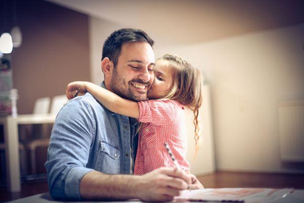 Foto van een vader met zijn dochter