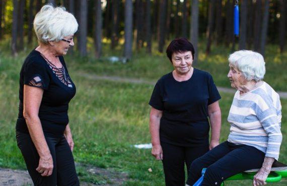 Foto van dames op leeftijd die samen buiten sporten (positieve gezondheid)